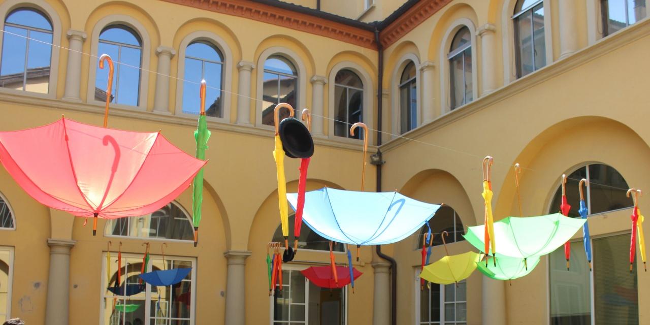 ombrelli colorati dettaglio cortile